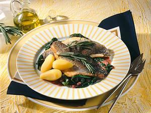 Wolfsbarsch auf Beaujoulais-Spinat Rezept