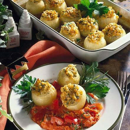 Würzig gefüllte kleine Zwiebeln mit Paprika-Tomate Rezept