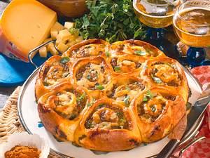 Würziger Mett-Rosettenkuchen mit Käse Rezept
