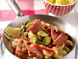 Wurstragout mit Gewürzgurken und Paprika in Schnittlauch-Senfsoße Rezept