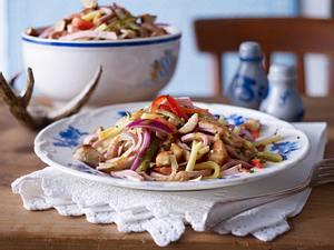 Wurstsalat mit Brezen-Croûtons Rezept