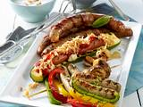 Wurstspießchen, Zucchini-Schiffchen und Wurst im Speckmantel Rezept