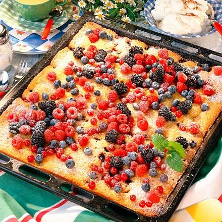 Zitronen-Blechkuchen mit Früchten Rezept