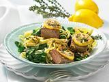 Zitronen-Spinat zu feinen Bandnudeln und Lammlachse Rezept