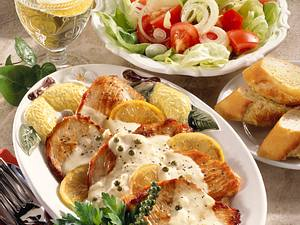 Zitronenschnitzel mit Salat und Baguette Rezept