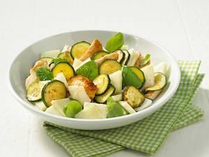 Zucchini-Melonen-Salat mit Putenstreifen Rezept