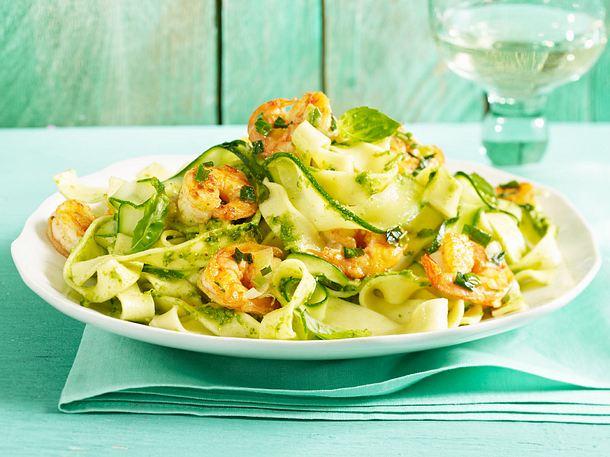 zucchini pasta mit limonenpesto und garnelen rezept lecker. Black Bedroom Furniture Sets. Home Design Ideas