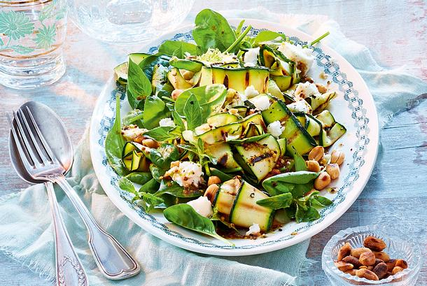 zucchini spinat salat mit erdn ssen rezept lecker. Black Bedroom Furniture Sets. Home Design Ideas