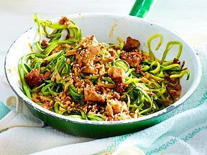 Zucchininudeln mit Tofu-Sesam-Gröstl Rezept