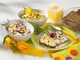 Zweierlei Brotaufstriche (Curry-Apfel-Frischkäse & Eierquark) Rezept