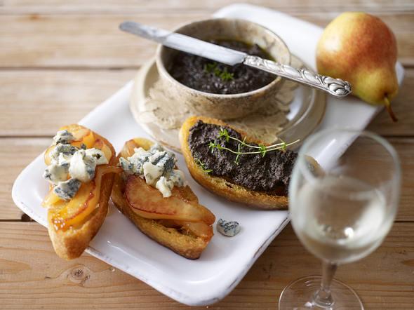 Zweierlei Crostini mit Tapenade und mit Birne, Gorgonzola und Honig Rezept