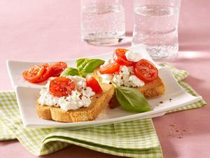 Zwieback mit Hüttenkäse und Tomate Rezept