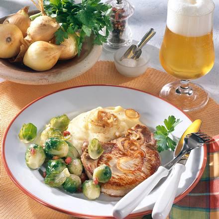 Zwiebel-Kotelett mit Speck-Rosenkohl und Kartoffelpüree Rezept