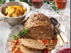 Zwiebel-Pilz-Hackbraten mit geschmortem Tomaten-Bohnengemüse Rezept