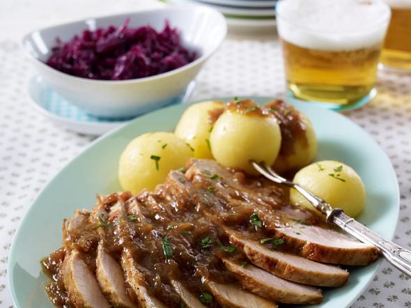 Zwiebel-Schweinebraten zu Rotkohl und Kartoffelknödeln Rezept