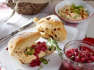 Zwiebel-Speck-Brötchen mit Lauchzwiebel-Obatzter und Zwiebel-Balsamico-Relish Rezept