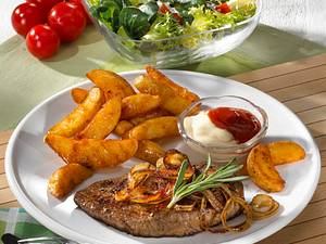 Zwiebelsteak mit Skin-Potatoes und Salat Rezept