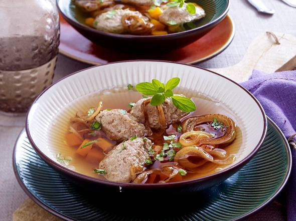 Zwiebelsuppe mit Leber-Nockerln Rezept