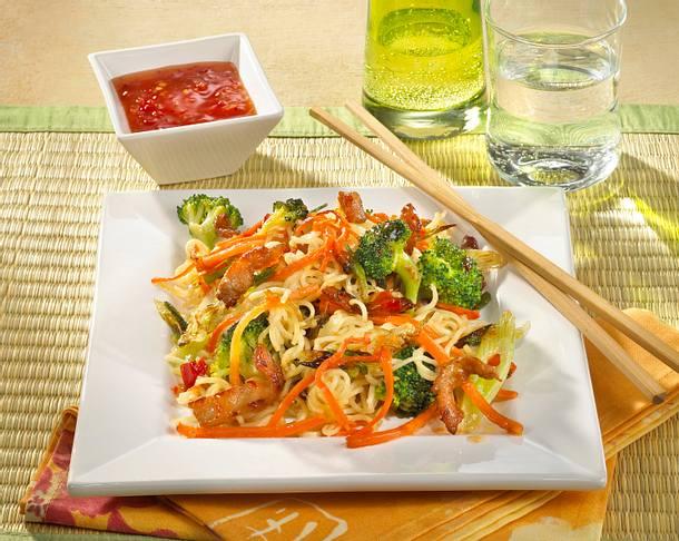 Asiatische Nudeln mit Schweinefleisch Rezept | LECKER
