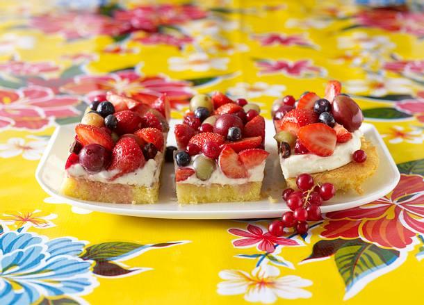Blechkuchen Mit Weisser Schokocreme Und Gemischten Fruchten Rezept