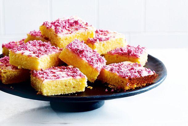 Zitronenkuchen Vom Blech Mit Beerigen Kokosraspeln Rezept Lecker