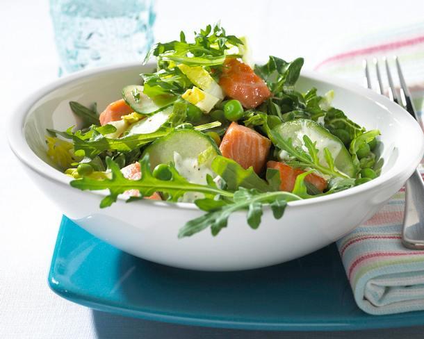 """""""Grüner"""" Salat mit Lachswürfeln Rezept"""