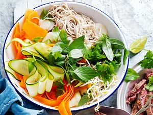 Asia-bowl for the soul: Sobanudel-Salat mit Ingwer-Dressing Rezept