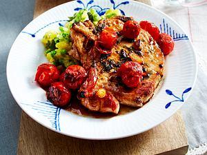 Basilikumkoteletts mit Blumenkohl-Erbsen-Püree und Schmortomaten Rezept