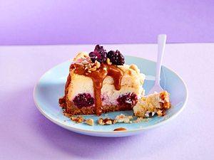 Charming Cheesecake mit Brombeeren und Erdnuss-Toffee-Soße Rezept