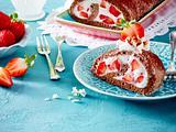 Schoko-Biskuitrolle mit Joghurt-Erdbeer-Sahne Rezept