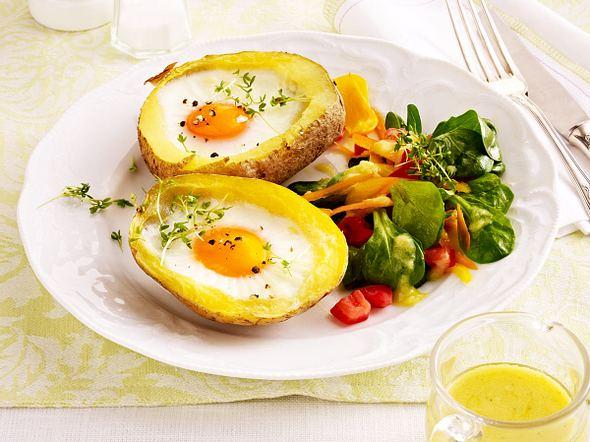 Gefüllte Kartoffeln mit Ei und Feldsalat Rezept