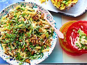 Grüner Fusilli-Salat mit Erbsen und Knusperbrot Rezept