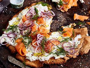 Knäckebrot mit Gurkenfrischkäse und Lachs Rezept