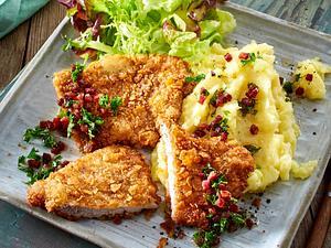 Knusper-Schnitzel mit Buttermilch-Kartoffelpüree und Salat Rezept
