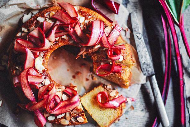 Mandelkuchen mit Rhabarber-Krönchen Rezept