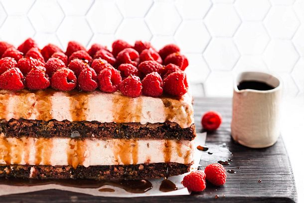 Nussig-schokoladige Honigeis-Torte Rezept