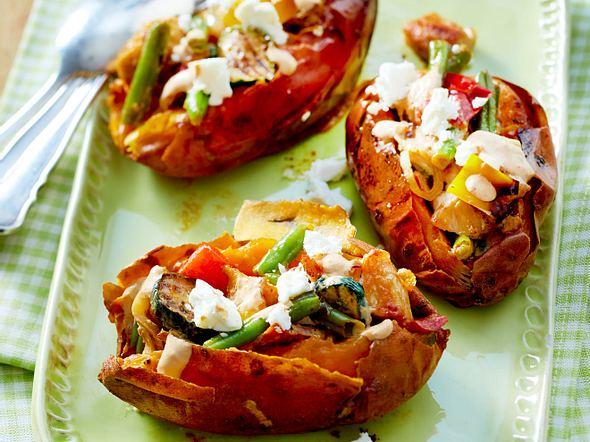 Ofen-Süßkartoffel mit Gemüse und Hähnchen