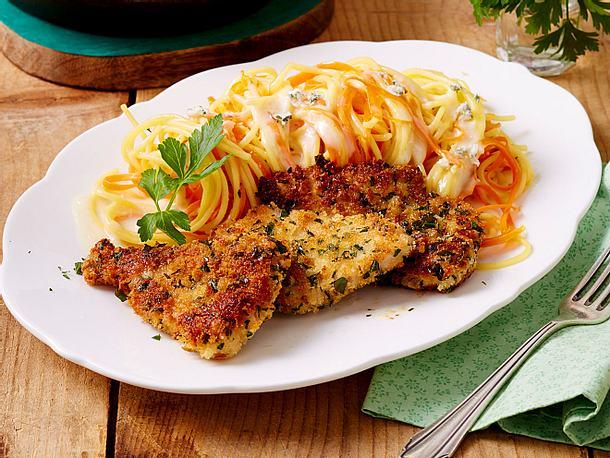 Petersilienschnitzel zu Blauschimmel-Käsesoße mit Möhren-Spaghetti