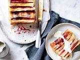 Rosa geringelter French-Toast-Cake Rezept
