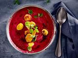 Rotes Süppchen mit knusprigen Süßkartoffel-Gnocchi Rezept