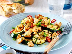 schmeckt warm und kalt haehnchen-zucchini-salat Rezept