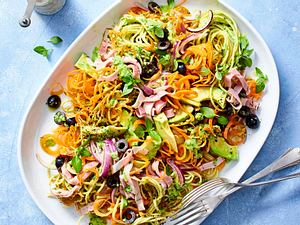 Spaghetti−Salat mit Avocado-Kräuter-Dressing Rezept