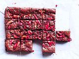 World's pinkest Brownie mit Rhabarber-Biss Rezept