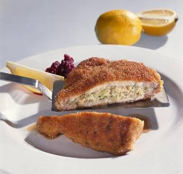 Allgäuer Schweinehalssteak mit Rührei, Kräutern und Käse gefüllt Rezept