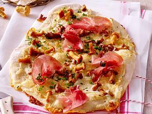 Alpen-Pizza mit Pfifferlingen und Tiroler Speck Rezept