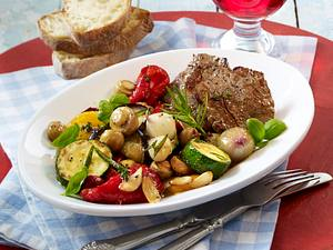 Antipasti-Salat zu Rinderflet-Steaks Rezept