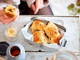Apfel-Bällchen-Schlacht mit Honig-Schmand Rezept