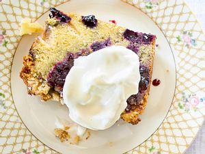 Apfel-Blaubeer-Kuchen mit Marzipanstreusel-Pomp Rezept