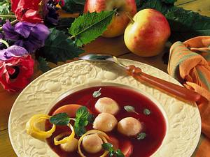 Apfel-Holundersuppe mit Klößchen Rezept