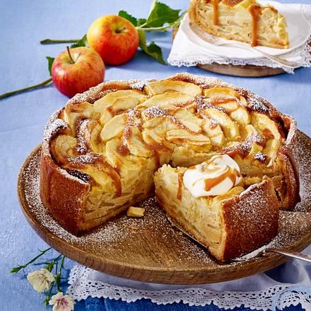 Apfel-Marzipan-Kuchen mit Karamellsoße Rezept